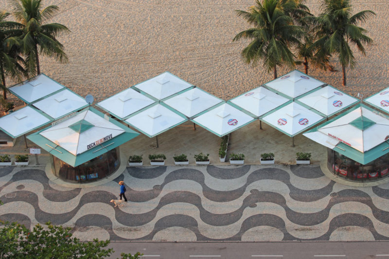 Symetryczne parasole widoczne z góry