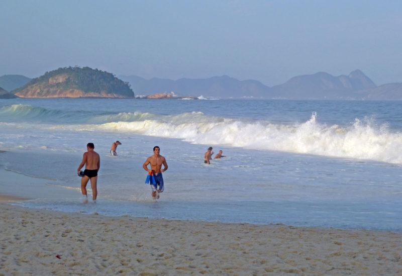 Mężczyźni kąpiący się w morzu w Brazylii