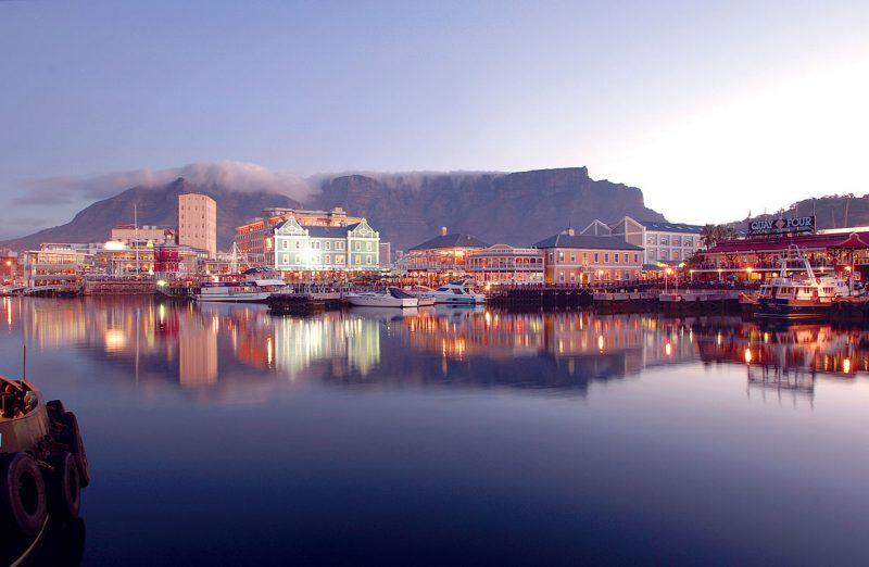 Cudowny widok na odbicie w wodzie cape town waterfront
