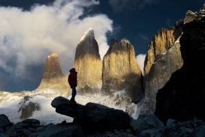 Patagonia Torres del Paine Carlos Diaz, Chile, czlowiek patrzący na szczyty