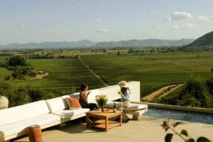 Taras i sofy w Vino Casa Lapostolle Valle de Apalta