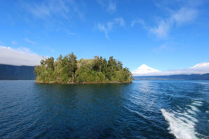 Wyspa i w tle widoczny wulkan, Chile