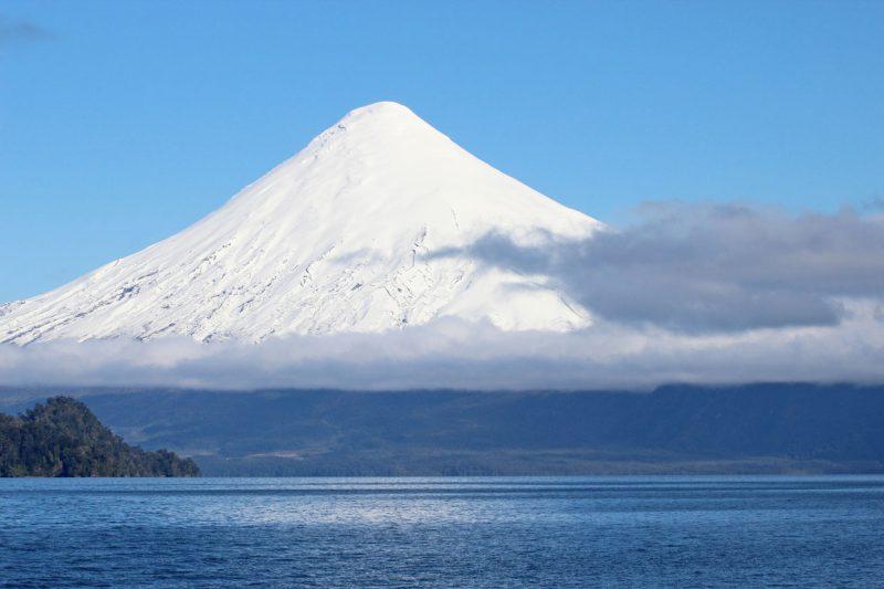 Widok na ośnieżony wulkan, Chile