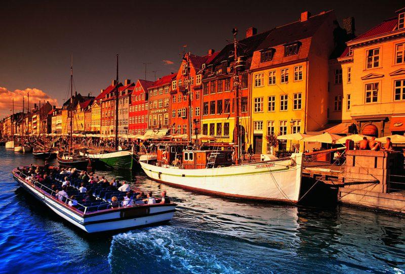kanał przepływowy w Danii późnym popołudniem, w tle budynki miasta