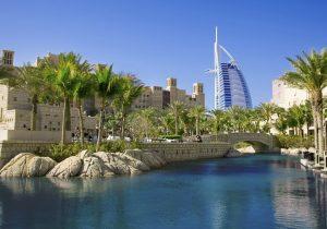 widok na panopramę miasta Dubaj w otoczeniu palm