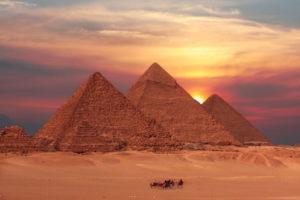 Egipskie piramidy i karawan