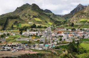 Miasto i widok na góry, Andy Ekwador