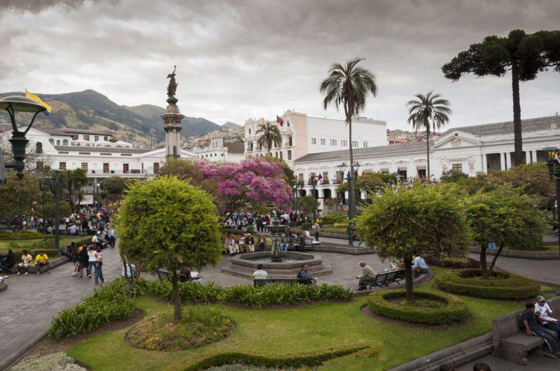 Fontanna i spacerowy deptak w Ekwadorze Quito