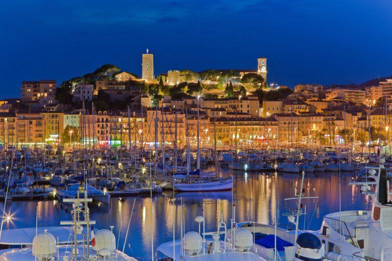 Lazurowe Wybrzeże Cannes oświetlone nocą, Francja