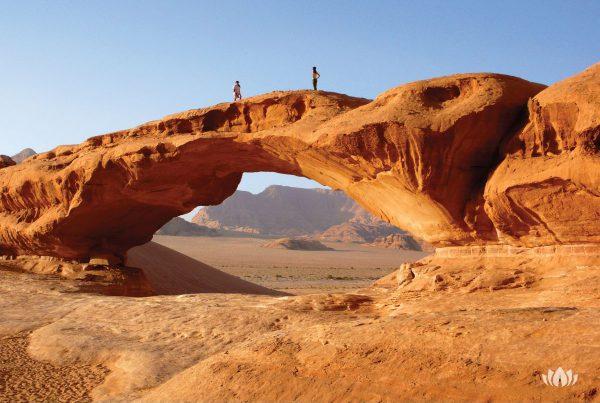 dwóch turystów na pustynii Wadi Rum w Jordanii