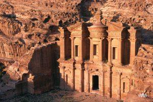 oświetlone promieniami słońca ruiny skalnego miasta Petra w Jordanii