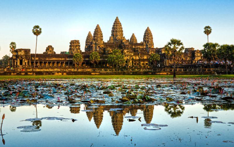 widok z oddali na największą w Kambodży świątynię Angkor Wat