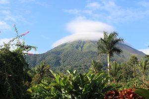 widok u podnóża na zasłonięty chmurą stożek wulkaniczny Arenal położony w Kostaryce