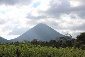 widok z oddali na stożek wulkaniczny Arenal, Kostaryka