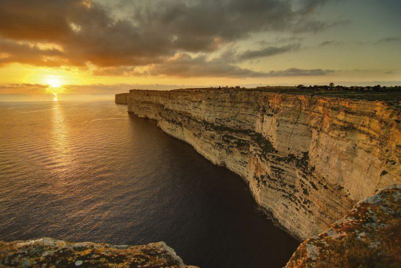 Klify przy zachodzacym słońcu, Malta