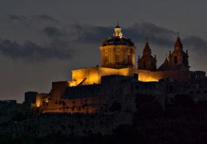 Oświetlony budynek zamku Medina, Malta