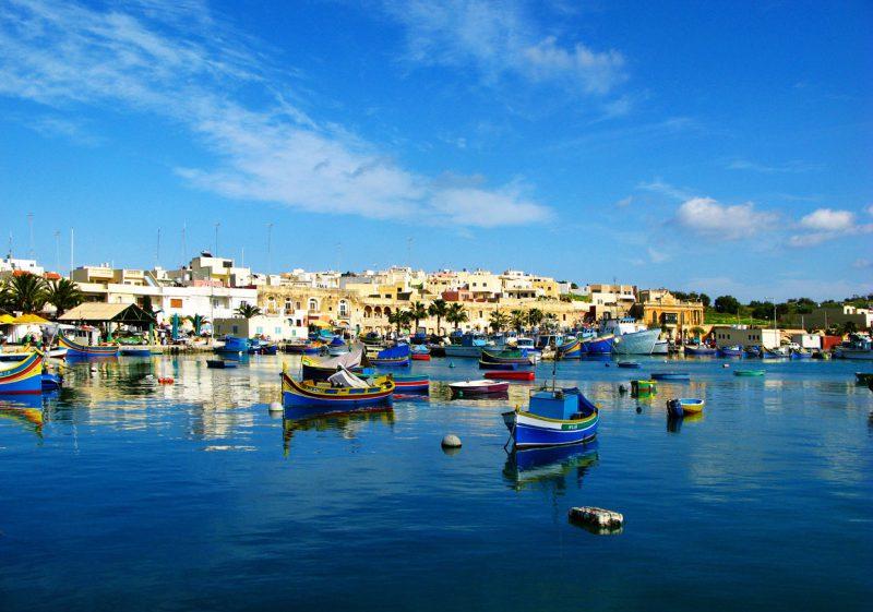 Łódki w zatoce, Malta
