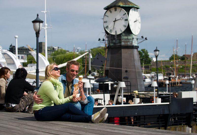 Para jedząca lody na pomoście w Oslo, Norwegia