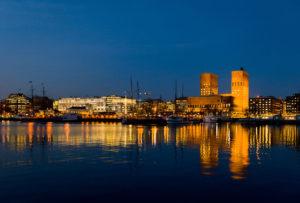 Odbicie budynków w wodzie, zatok w Oslo, Norwegia