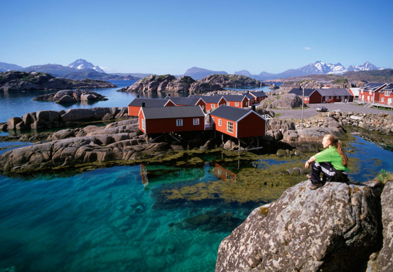 Norweska panorama, w tle domki blisko wody