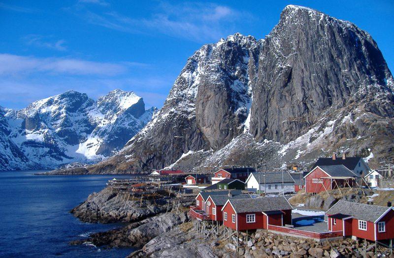 Niesamowita panorama i domki w Norwegii