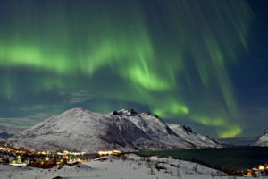 Zorza polarna nad miastem, Norwegia