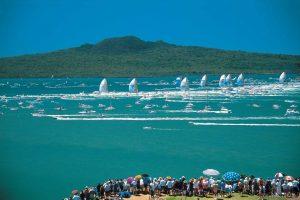 widok z brzegu Auckland City w Nowej Zelandii, widzowie obserwują regaty