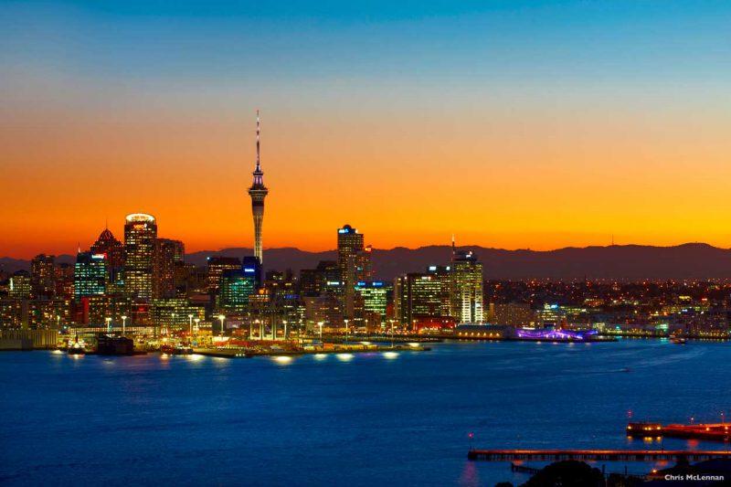 widok późnym wieczoren na panoramę Auckland City
