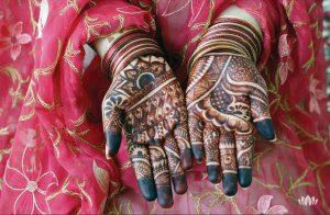 dłonie mieszkanki Omanu pokryte w całości malunkiem etnicznym