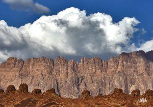 widok ze szczytu na wysokie góry w Omanie w słoneczny dzień