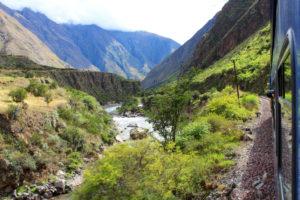 Widok z pociagu na rzekę, Andy, Peru