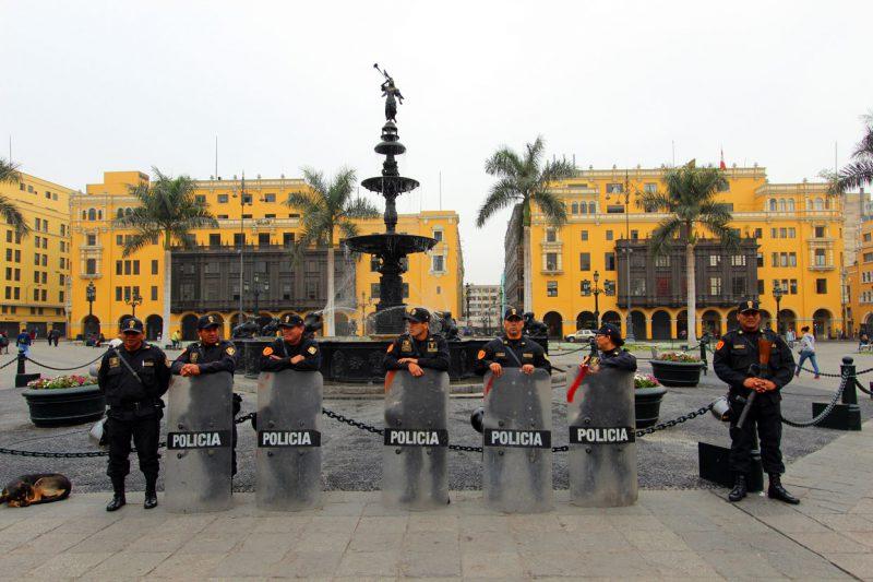 Policja przed fontanną w lima, Peru