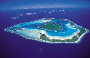 atol zanurzony w jasnoniebieskiej wodzie z plażami o białym piasku, Polinezja