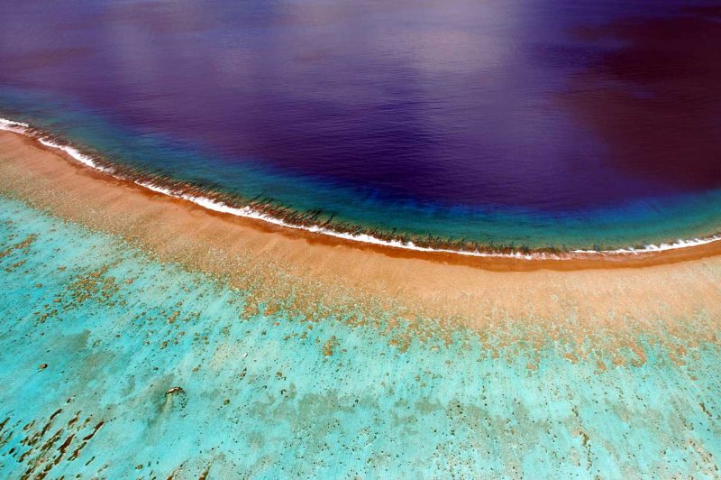 brzeg wyspy Bora-Bora, w tle błękitny ocean, Polinezja