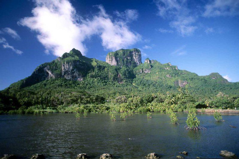 widok na pokrytą zielenią wyspę Bora-Bora, Polinezja