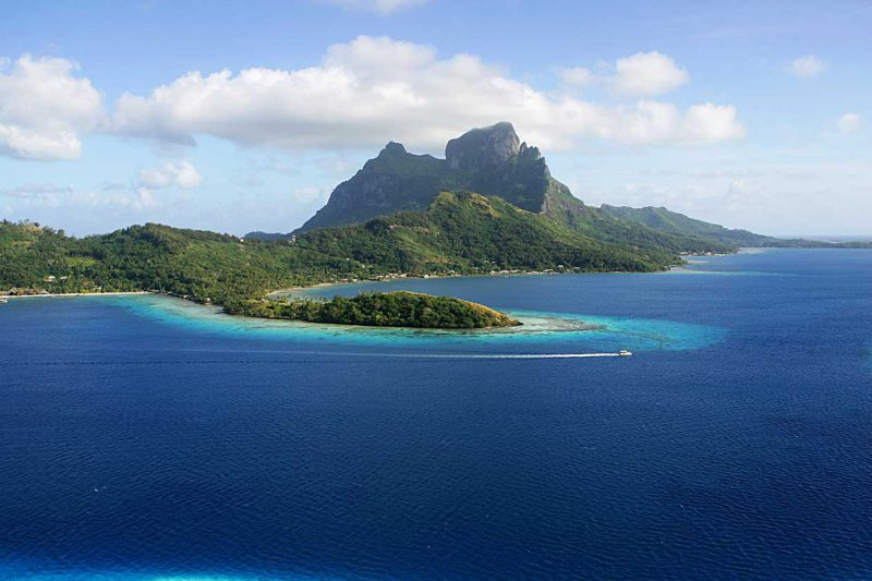 widok z lotu ptaka na zieloną wyspę Bora-Bora na tle błękitnej wody, Polinezja