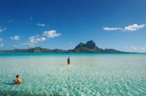 widok na wyspę Bora-Bora z błękitnego oceanu