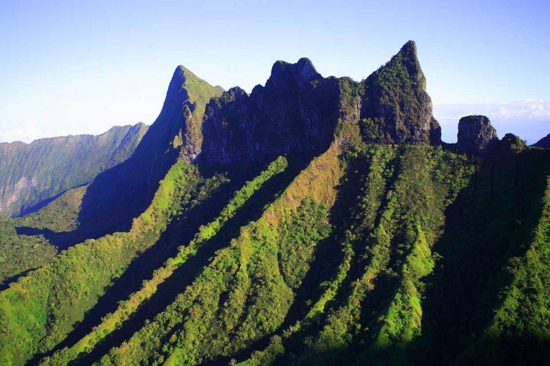 ostry szczyt pokrytej zielenią góry Tahiti w Polinezji