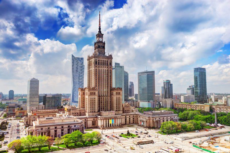 widok na Pałac kultury i nauki, w tle wieżowce i krajobraz miasta Warszawa
