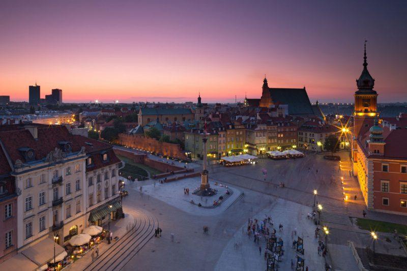 widok z lotu ptaka na Stare Miasto w Warszawie oświetlone późnym wieczorem