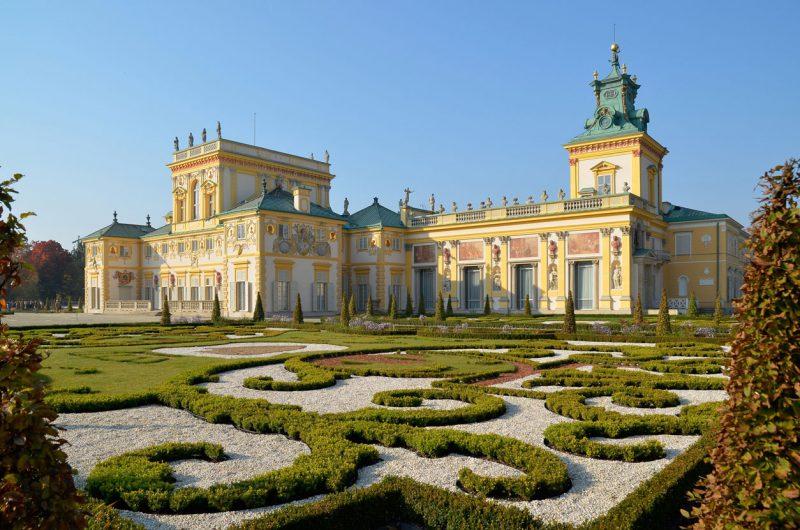 widok z zewnątrz na ogród pałac w Wilanowie