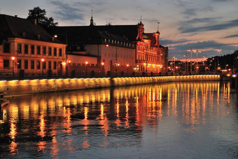 oświetlony nocą brzeg rzeki we Wrocławiu