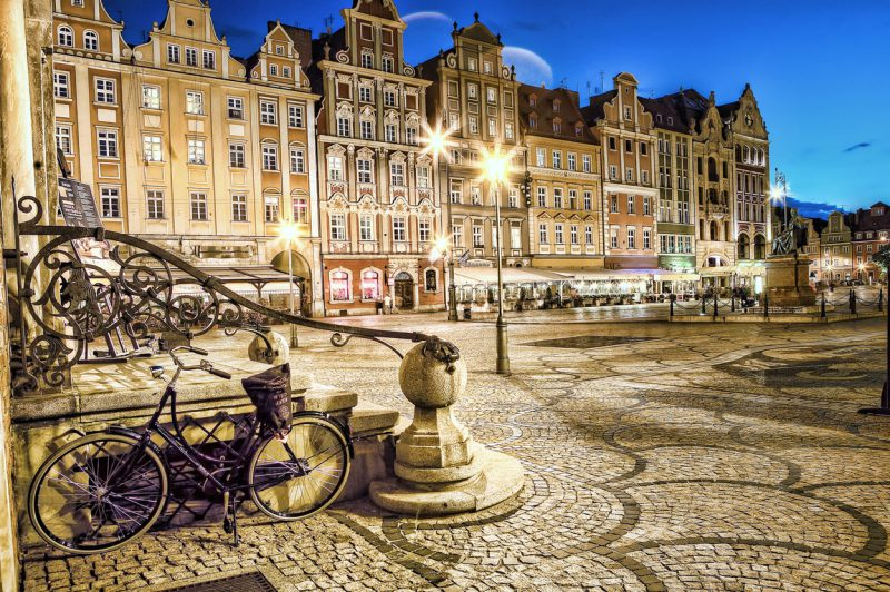 oświetlony nocą rynek we Wrocławiu