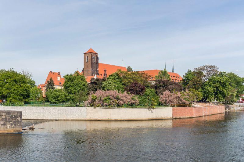 widok na wyspę położoną na rzece we Wrocławiu