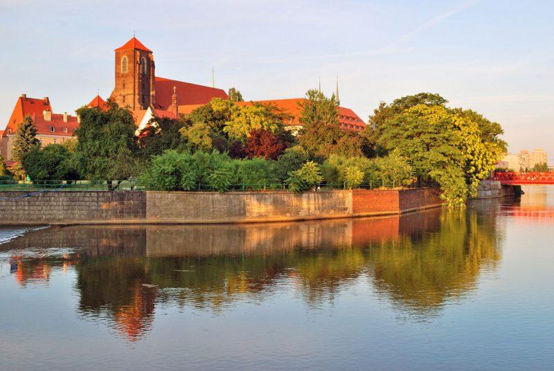 widok z brzegu rzeki na wyspę Piasek we Wrocławiu
