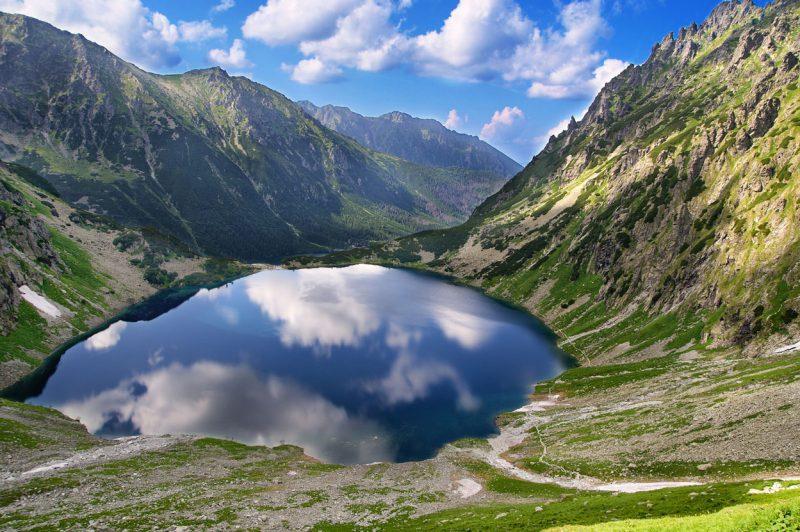 widok ze szczytu na staw położony w Tatrach