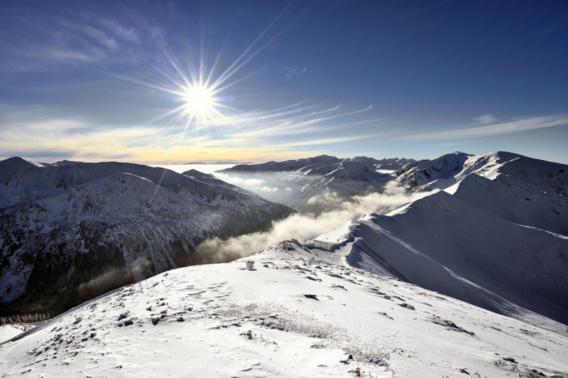 widok ze Szczytu na ośnieżone Tatry w słoneczny dzień