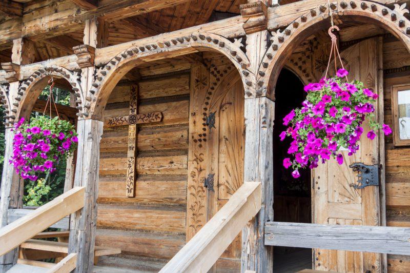 zbliżenie na wejście do drewnianej chaty w mieście Zakopane