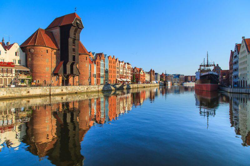 słoneczny dzień, port w gdańsku z zacumowanymi statkami