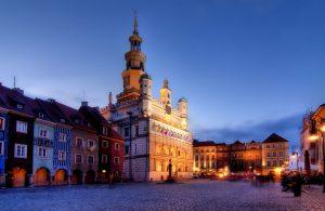 widok na oświetlony wieczorem ratusz w Poznaniu